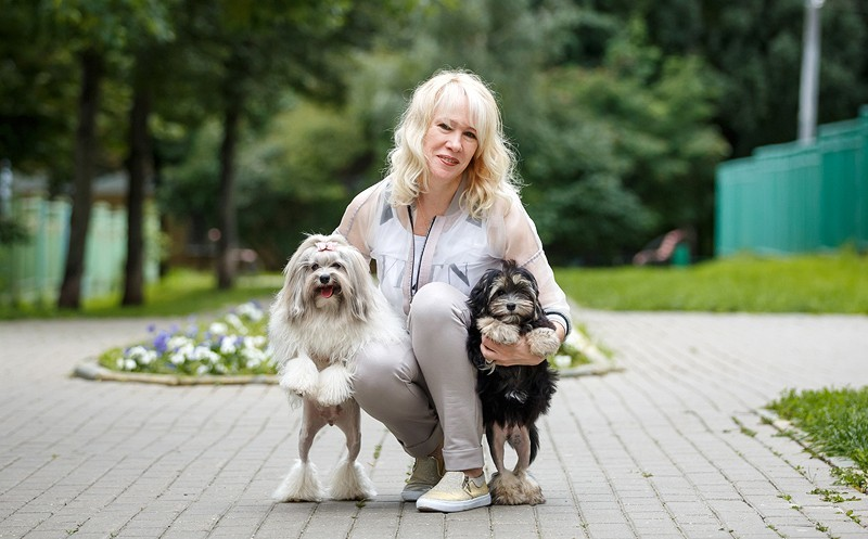 Хозяйка Жанна со своими собаками породы Левхен