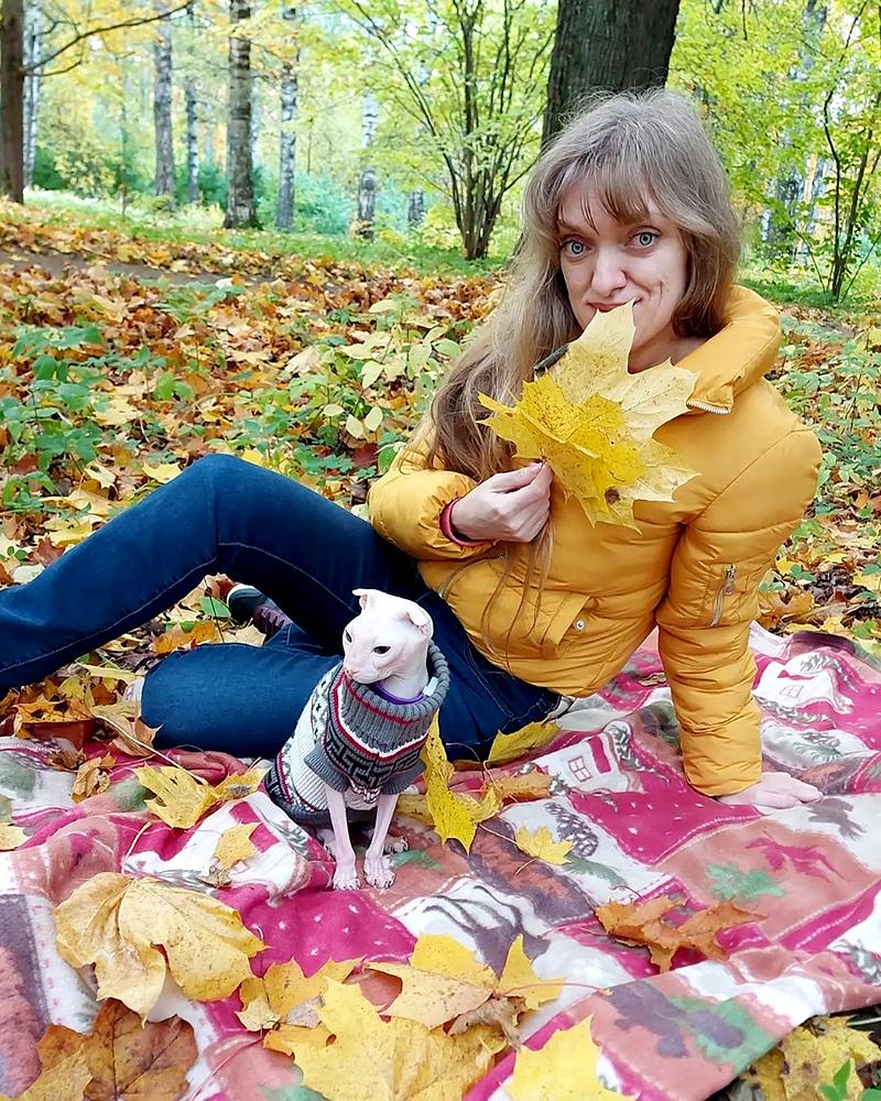 Хозяйка Олеся с кошкой Луней породы украинский левкой